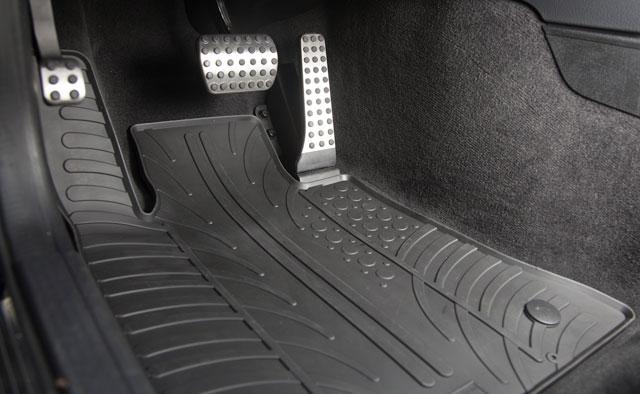 Kakovostni tepihi Gledring se prilegajo obliki kabine in s tem zagotavljajo eleganten izgled in maksimalno funkcionalnost.